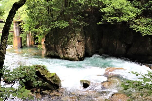 烏川対岸に人面岩