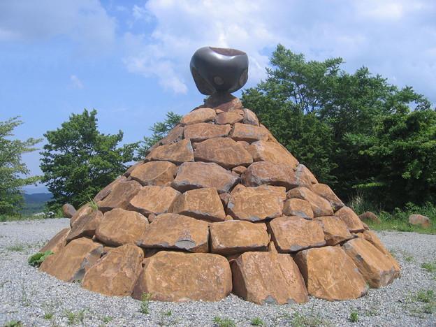 山中のピラミッド