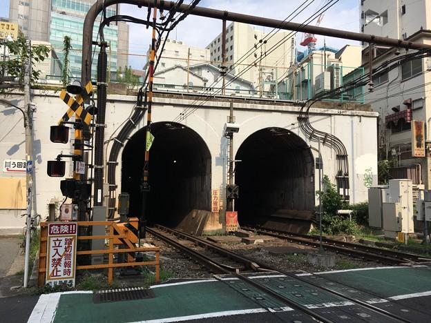 神泉駅横のトンネル