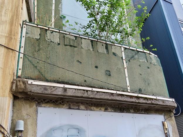 国道駅 外壁に残る銃弾の痕