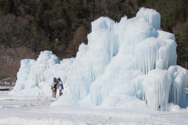 氷の山とコスプレレディー。