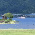 写真: 六角堂と遊覧船。