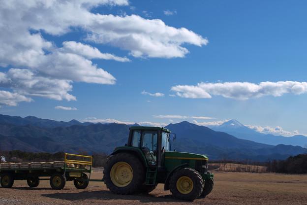 冬晴れの日のトラクター。
