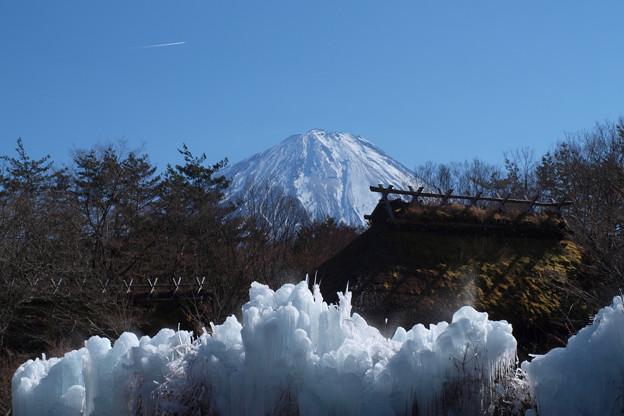 古民家と氷の造形。
