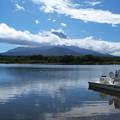 台風前の穏やかな湖。