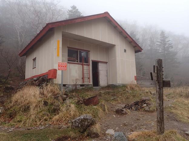 稜線から下った所の避難小屋