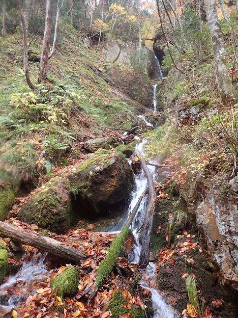右から滝状の枝沢