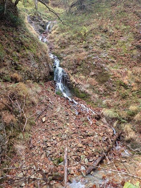 左から滝状の枝沢