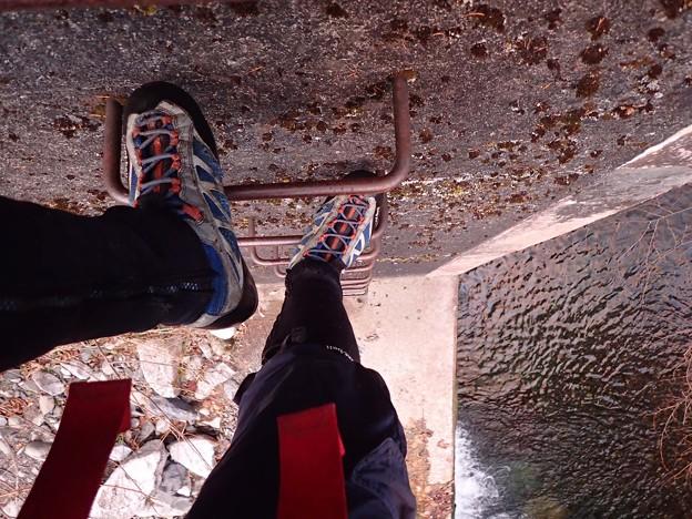 堰堤を登る