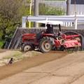 写真: トラクターのふん