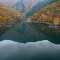ダム湖の紅葉B
