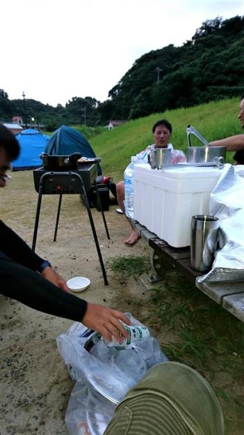 初日 ビーチで焼肉準備中 もぅみんなで1杯やってます