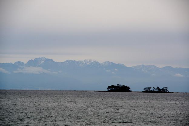 氷見虻が島越しの立山連峰