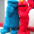 写真: クッキーモンスター と エルモ