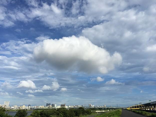 夏の低い雲