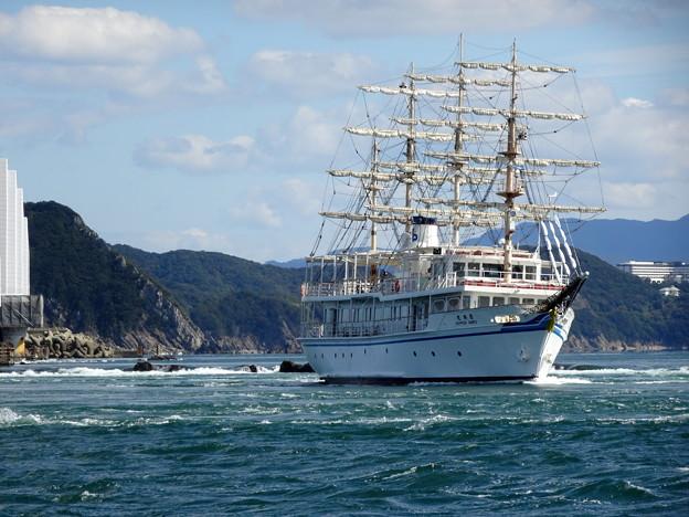 鳴門の渦潮を行く帆船 日本丸