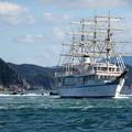 写真: 鳴門の渦潮を行く帆船 日本丸