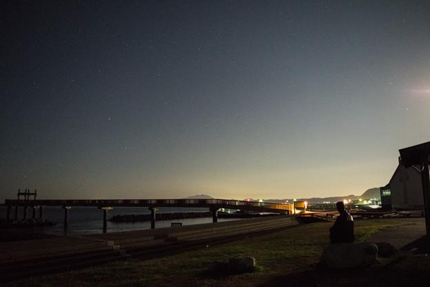 良寛像と夕凪の橋