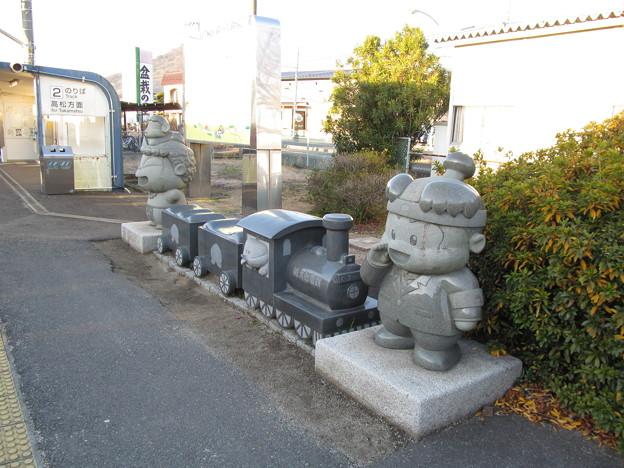 写真: 桃鉄の石像