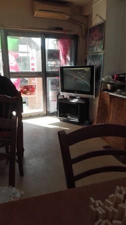 ひとみ食堂の店内は競輪をテレビで放映