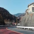 見上げると小仏トンネル前の中央フリーウェイ