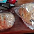 写真: 豆パンとチーズパン@スローガーデン砧