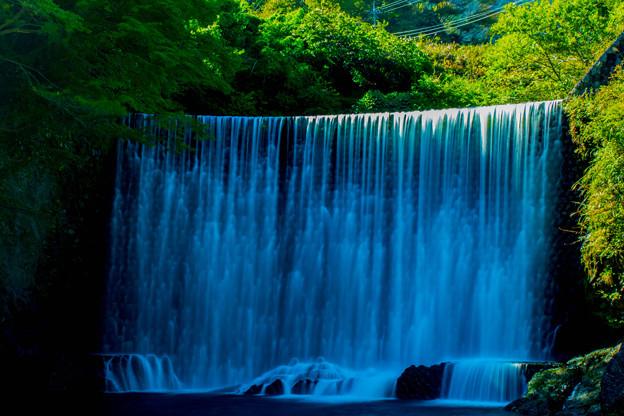 十枚荘温泉奥手の人工滝