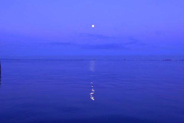 写真: 薄明の月
