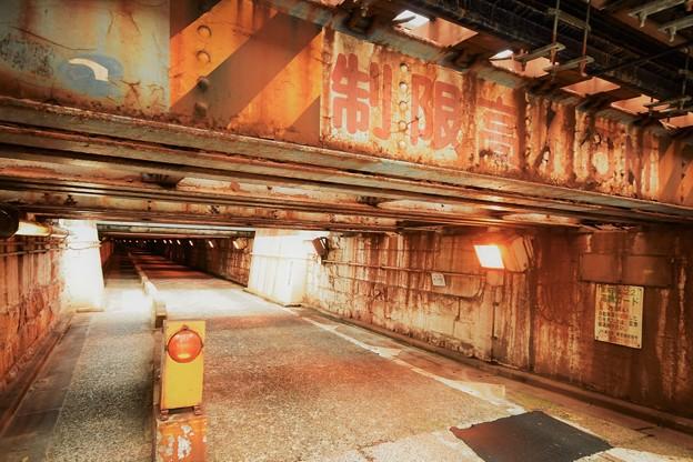 トンネルのような線路の下の道