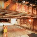 写真: トンネルのような線路の下の道