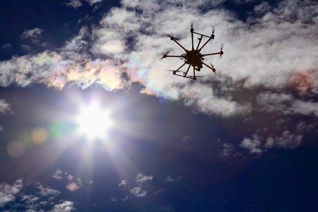 写真: 彩雲の下を飛ぶ下を飛ぶドローン