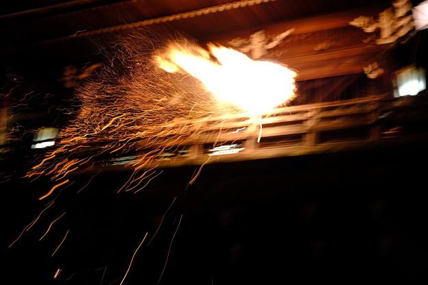 写真: 火の粉が舞う