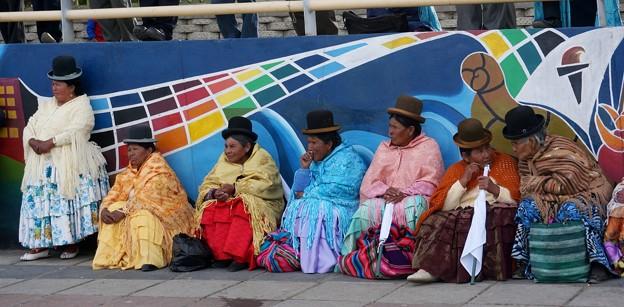 53ボリビア-1Waiting for the bus after the Sunday dance (毎週日曜日のダンスの後、バスを待つ人たち)