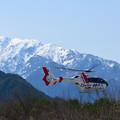 写真: ヘリと北アルプス