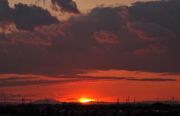 写真: 梅雨時の夕日