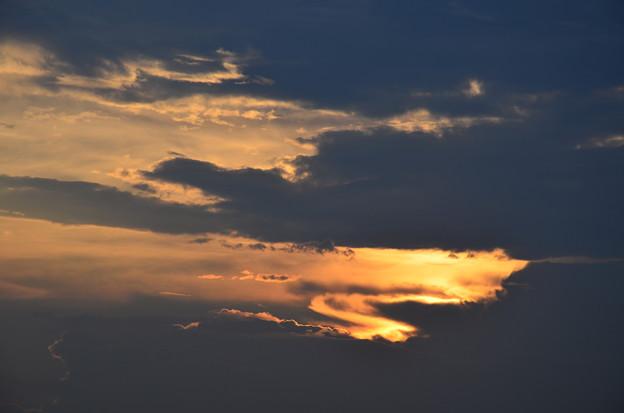 写真: サメにも似た夕雲