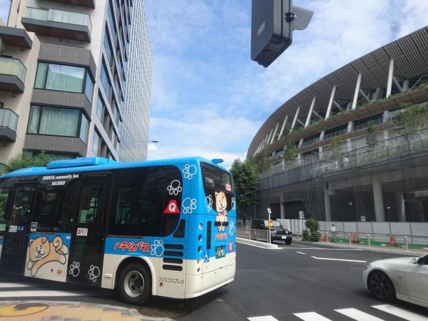 新国立競技場前を通るハチ公バス
