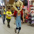 大須大道町人祭 2015 No - 99:陽気に歩く「一人プロレス」(?)の男性