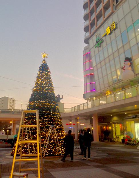 ちょうど設置作業中だった、JR勝川駅前のクリスマスツリー(2015) - 4