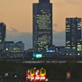 写真: エアポートウォーク名古屋から見た、夕暮れ時のミッドランドスクエアの壁面イルミネーション - 1