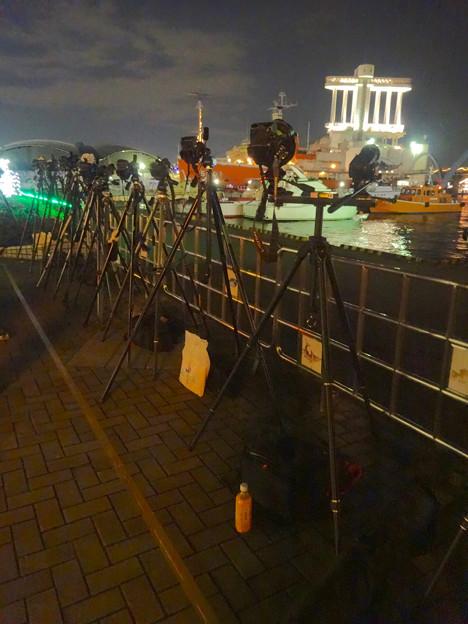 写真: ISOGAI花火劇場 2015 No - 1:花火を撮るために並べられた沢山のカメラ