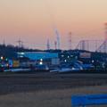 写真: 夕暮れ時に昇る工場の煙 - 1