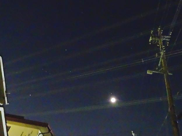 五線譜に並ぶ音符のように見えた、星と月