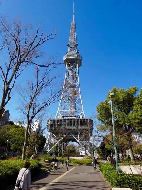 写真: 久々に昼間に下から見上げた、名古屋テレビ塔