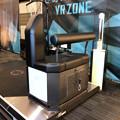 写真: VR ZONEエアポートウォーク No - 12:ガンダムの手の平の上体験用の器具