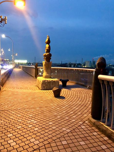 庄内川に架かる橋の名二環横の歩道 - 5:奇妙なオブジェ