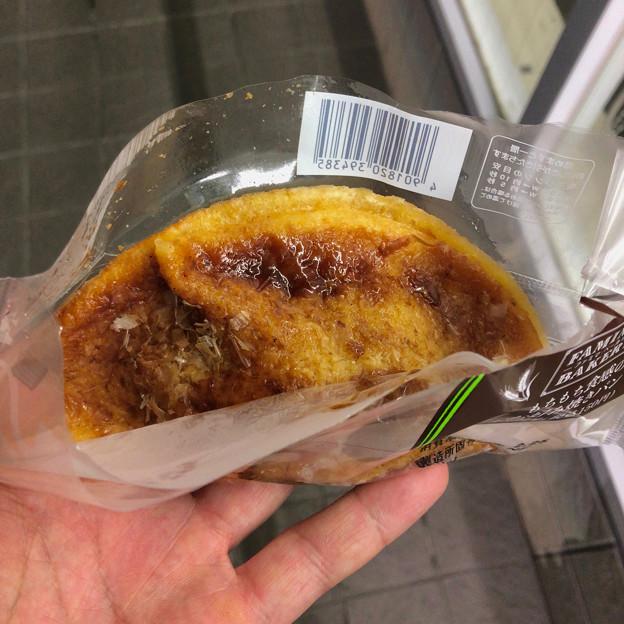 ファミリーマート:「もちもち食感のお好み焼きパン」 - 1