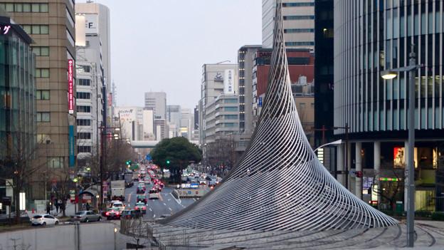 名古屋駅前ロータリにあるモニュメント「飛翔」越しに見た桜通 - 1