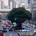 名古屋駅前ロータリにあるモニュメント「飛翔」越しに見た桜通 - 2