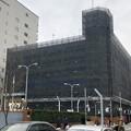 写真: 真っ黒い布(?)で覆われていた、改修工事中のナディアパーク横の立体駐車場